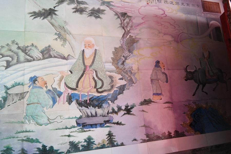 말단 관직에 있던 윤희가 푸른 소를 타고 오는 노자를 친히 맞으러 나가는 벽화가 그려져 있다.