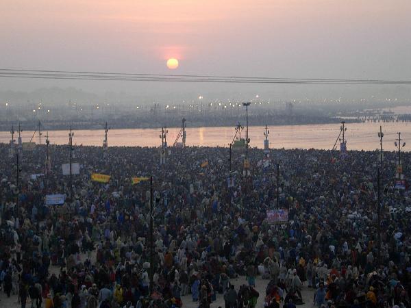 인도 힌두교의 최대 성지인 알라하바드에서 열린 힌두교 최대 축제인 쿰부멜라에 하루 동안 최대 2,000여만 명이 몰려 카스트 신분제도를 뛰어넘는 윤회의 번민을 벗어나기를 기원한다.