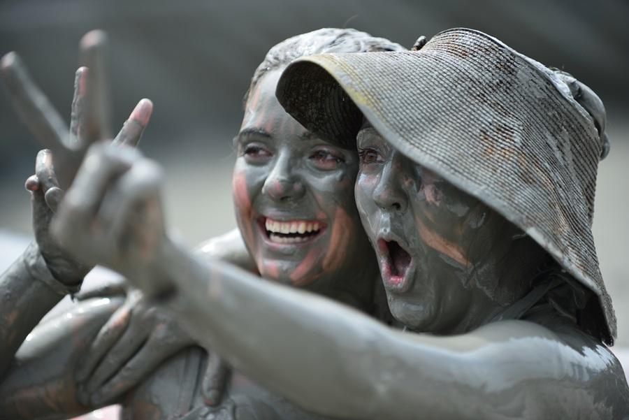 외국인 여성 2명이 온몸에 머드를 바르고 머드축제 최고라는 승리의 V자를 표시하고 있다.