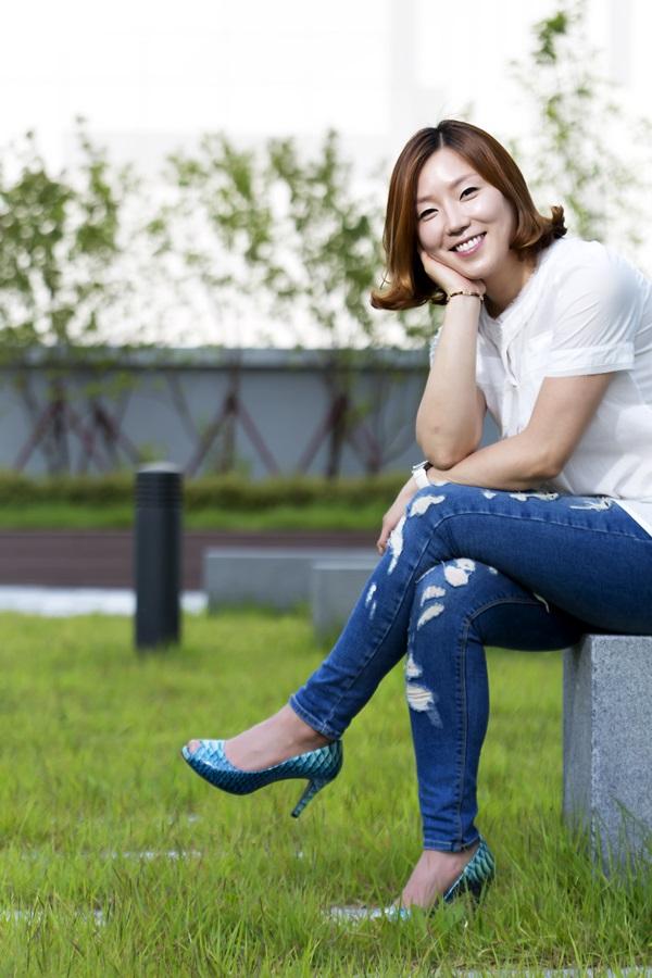 설악아씨 문승영씨가 공원 벤치에 앉아 포즈를 취하고 있다.