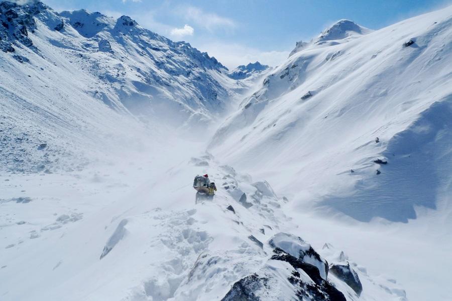 눈발이 휘날리는 가운데 히말라야 룸바삼바 캉 라의 위험한 구간을 지나고 있다.
