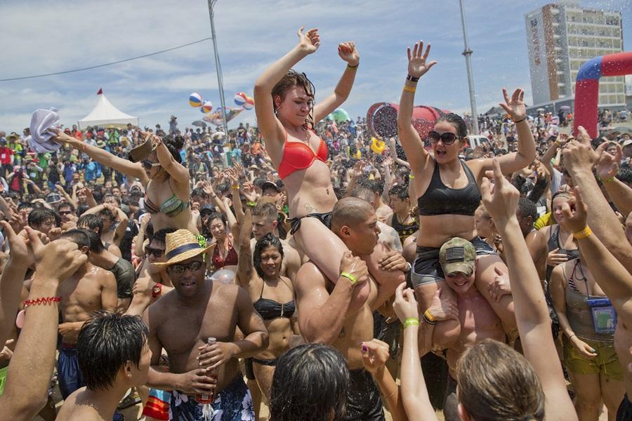 머드축제의 부대행사 중의 하나인 공연에서도 참가자들이 춤을 추며 즐거움을 만끽하고 있다.