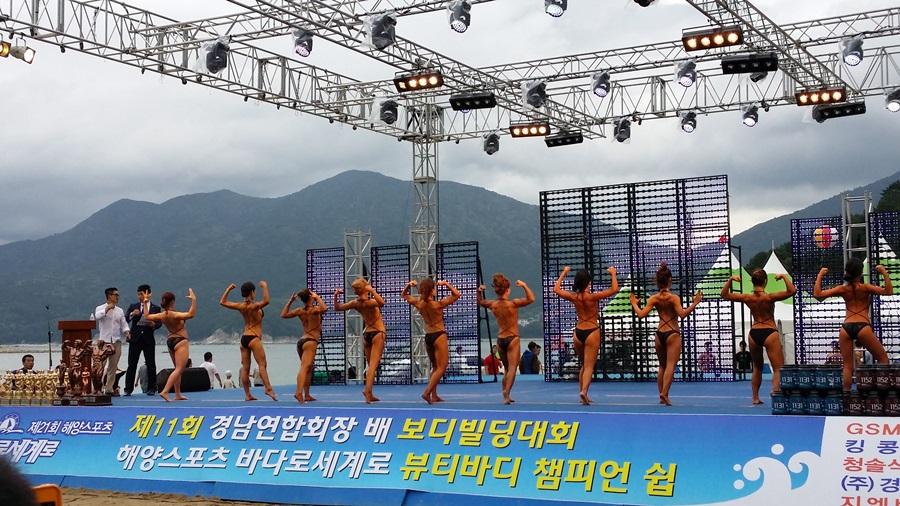바다로세계로 축제에서 뷰티바디 챔피언십 대회에 출전한 사람들이 몸매를  뽐내고 있다.