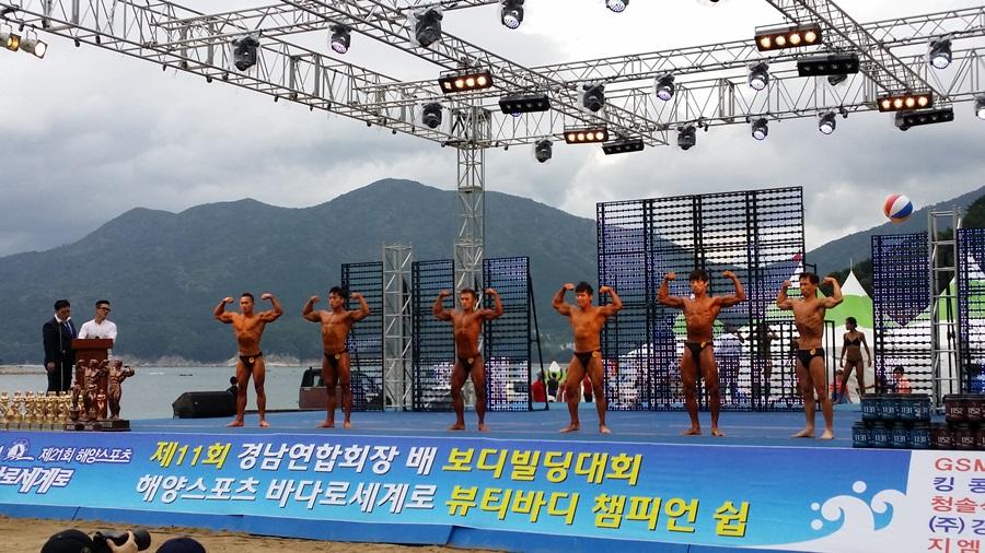 바다로세계로 축제에서 뷰티바디 챔피언십 대회에 출전한 남자들이 건장한 육체미를 과시하고 있다.