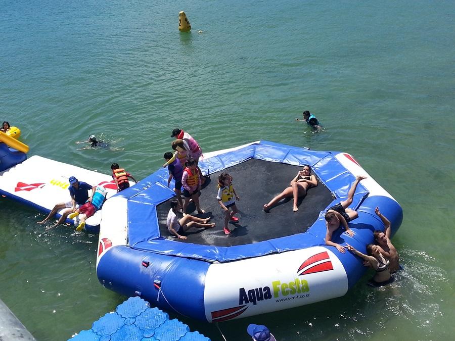 바다로세계로 축제에 참가한 외국인들도 고무보트를 타고 더위를 식히고 있다.