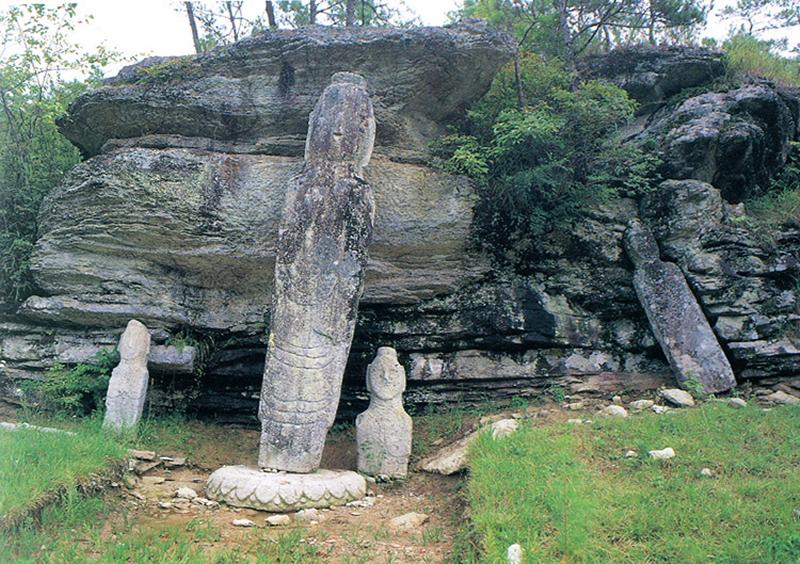 운주사 층상응회암에 있는 천불천탑 및 와불 문화재들을 지질학적 관점에서 해석할 수 있는 최고의 지질학습장이다.