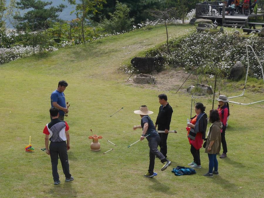 축제에 참가한 사람들이 길섶갤러리 앞 마당에서 놀이를 하고 있다.