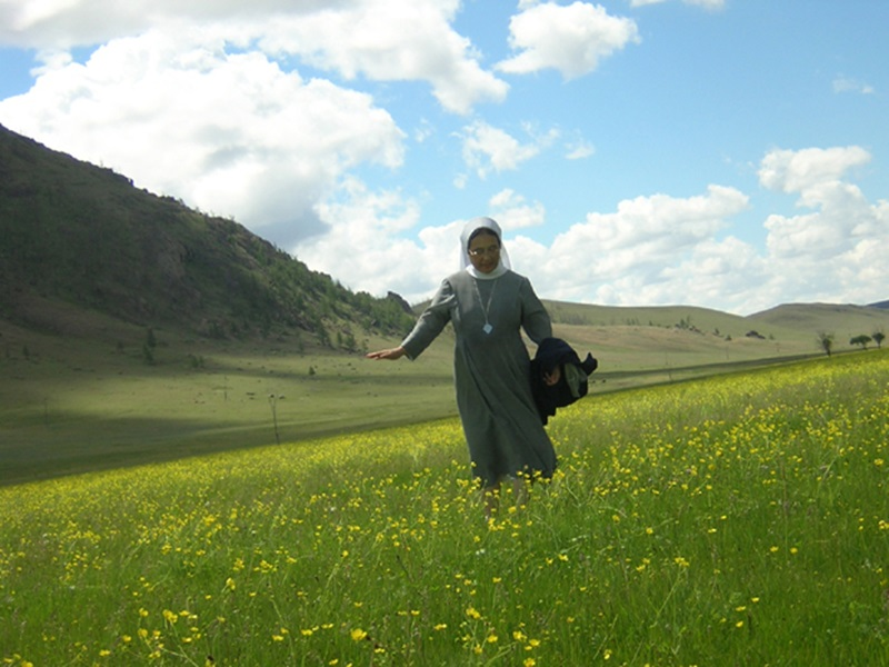 몽골 들판을 산책하고 있는 이해인 수녀.