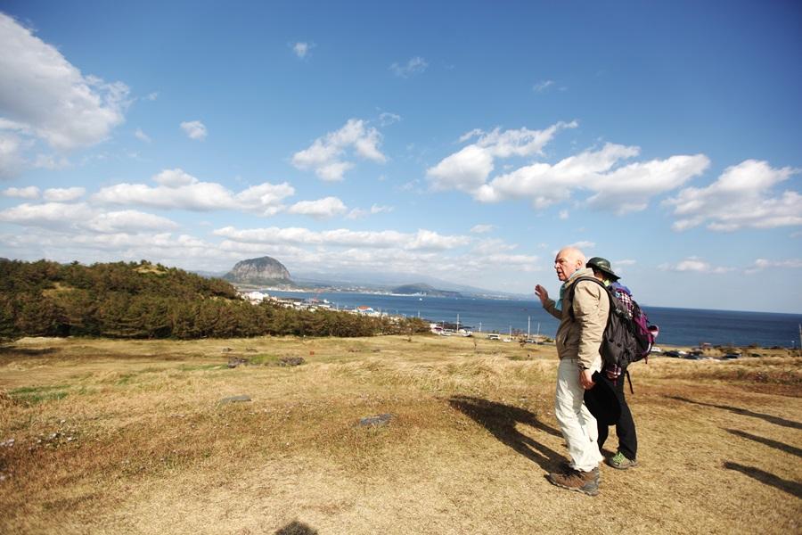 한국을 방문해서 제주올레를 걷고 있는 베르나르 올리비에.