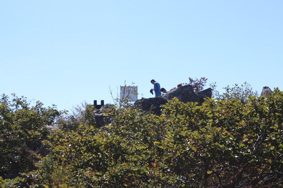 속리산 천왕봉에서 한 등산객이 법주사를 향해서 합장을 하고 간절한 기도를 올리고 있다.