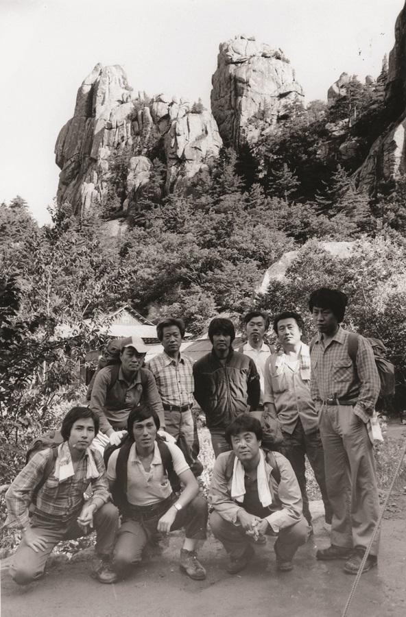 한 시대를 풍미한 세계 최고의 바둑기사 조훈현 9단이 설악산 등산을 하면서 동료기사들과 기념사진을 찍고 있다. 오른쪽 바로 옆이 김인 9단 등의 모습도 보인다.