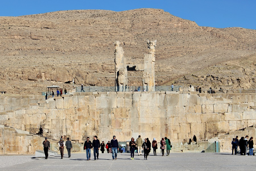 페르시아제국의 가장 화려했던 시절을 보여주는 페르세폴리스 궁전의 거대한 진입로에 이어 웅장한 입구가 마치 과거의 영화를 대변하는 듯하다.