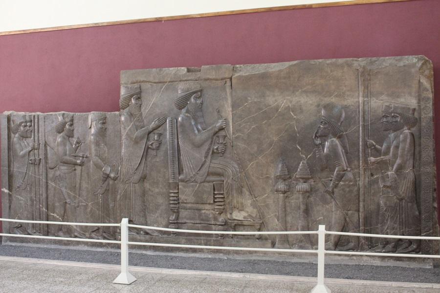 페르시아제국에 공물을 바치던 나라의 신하가 절을 하는 모습을 조각해놓았다.