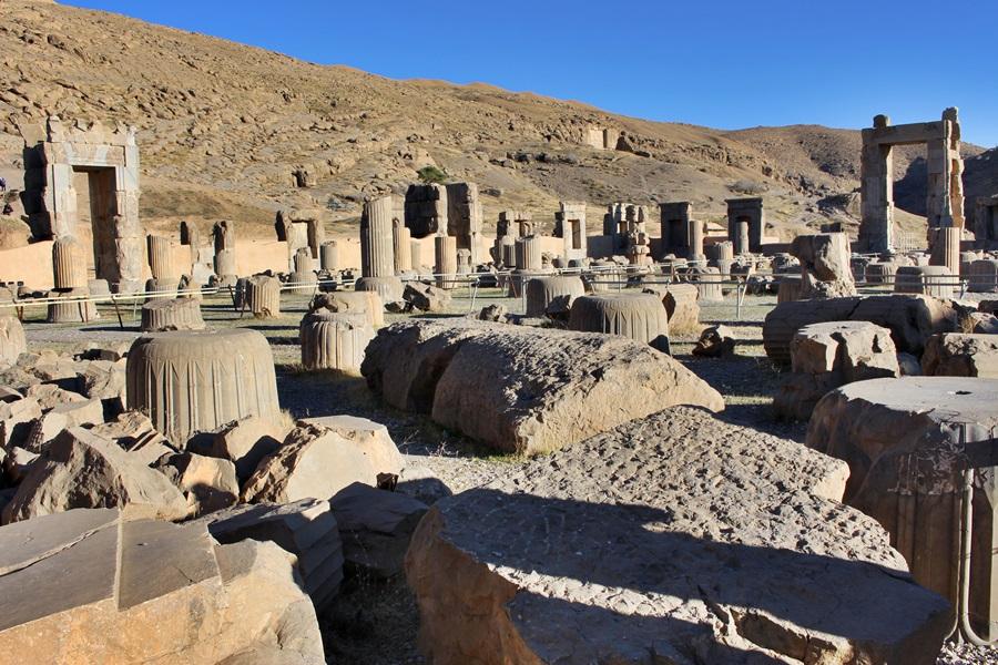 페르세폴리스 궁전에는 궁전과 함께 접대실 등 각종 부속물이 절묘하게 조화를 이룬 자취를 볼 수 있다.