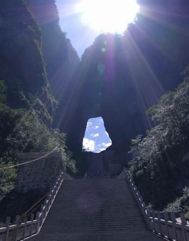 장가계에 있는 천문산은 세계 최고 케이블카와 세계 최장 길이의 케이블카로 유명하다. 그 정상에 있는 천문동굴은 마치 하늘의 기운을 땅으로 내뿜는 것과 같다.