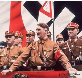 히틀러는 니체의 초인사상을 아리안족의 우월성으로 이용한다.