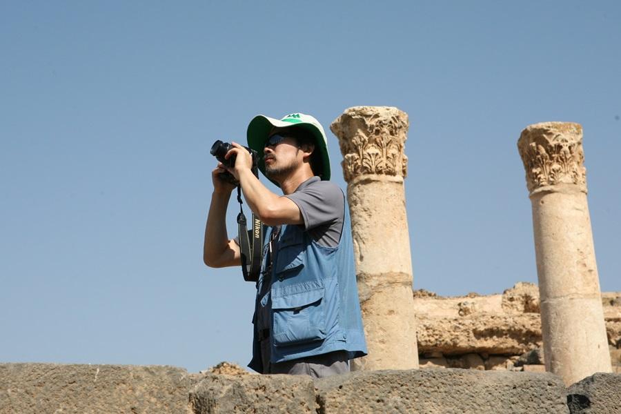 이도원 교수가 시리아의 유적지를 보면서 생태경관을 살피고 있다.