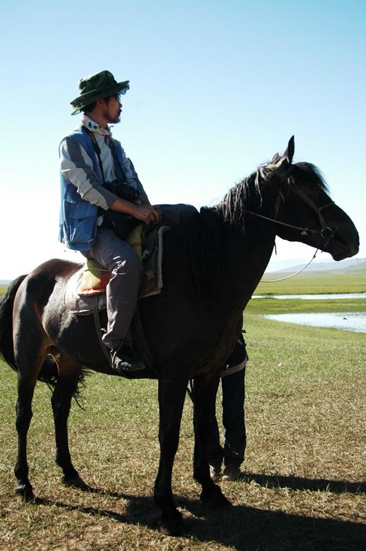 텐산산맥 비양블락에서 말을 타고 있다.