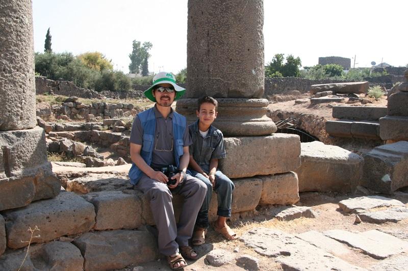 시리아 내전이 있기 전 방문한 유적지에서 보스라의 소년과 함께 기념사진을 찍었다.