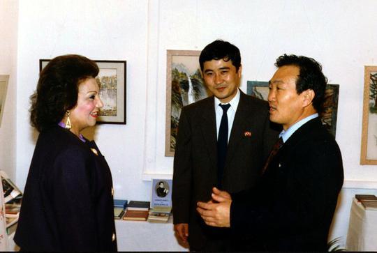 장승길 이집트 주재 북한대사(사진 오른쪽)가 망명하기 전 북한대사관에서 열린 한 행사에서 참석자들을 안내하고 있다.jpg